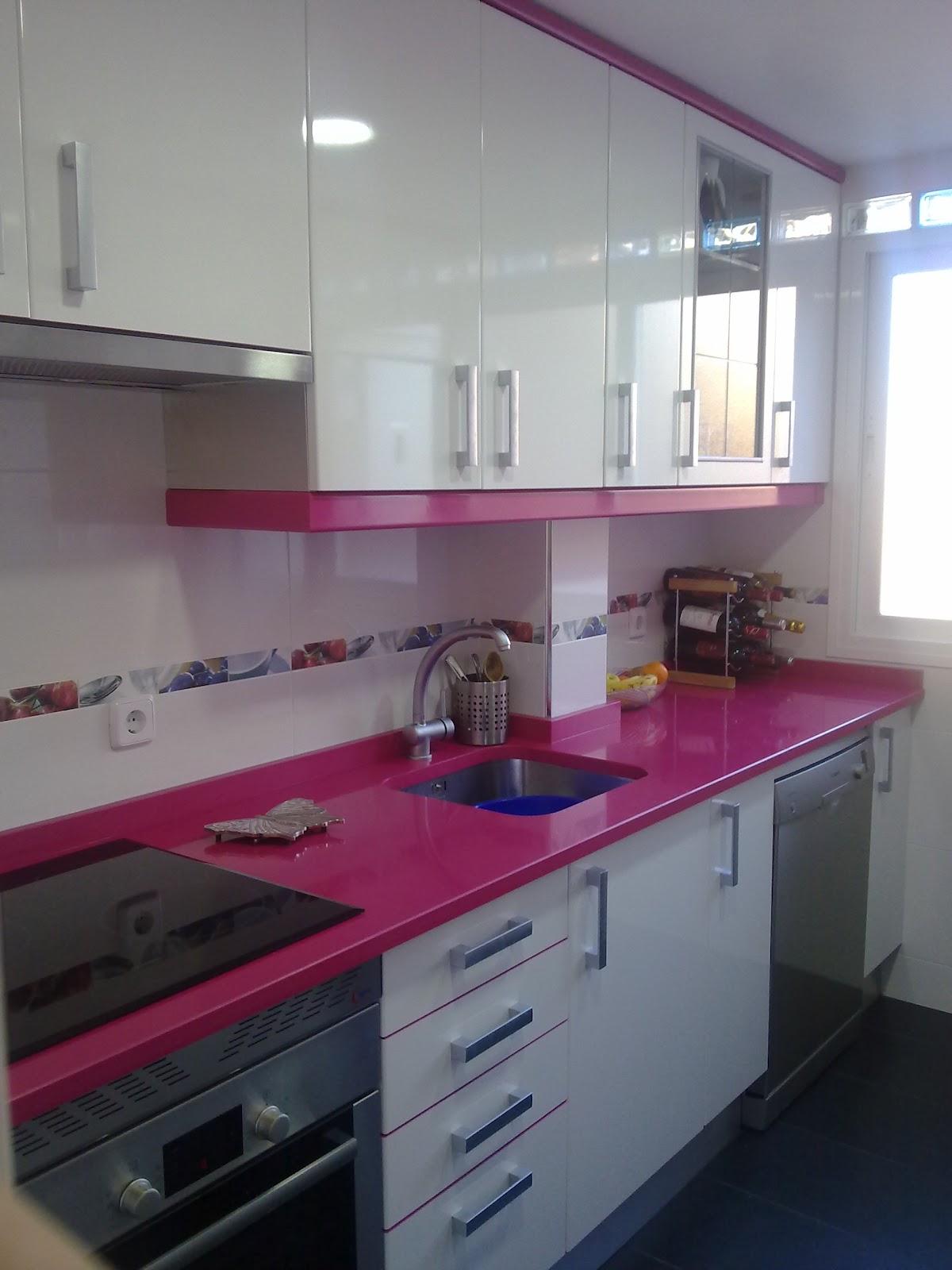Laminado alto brillo blanco remates fucsia - Cocinas rosa fucsia ...